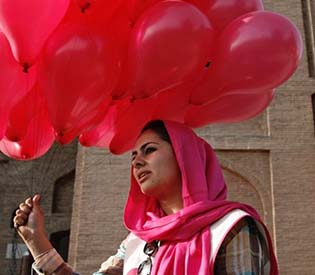 human rights observers - Pink balloons bring smiles in war-weary afghan capital intl. news1