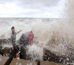 human rights observers category 1 cyclone reaches bangladesh intl. news 1