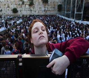 human rights observers israeli police guard women praying at jewish site intl. news