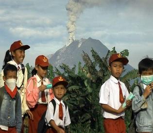 hromedia Thousands evacuated as Indonesian volcano erupts intl. news1