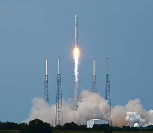 hromedia - SpaceX Falcon 9 rocket blasts off from California