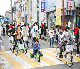 hromedia Locals applaud car-free month in Korean city intl. news2