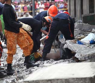 hromedia - Major quake shakes central Philippines, kills 32