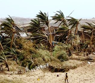 hromedia - Mass evacuation before Indian cyclone limited toll