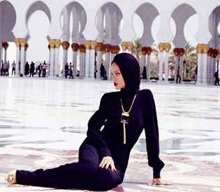 hromedia Rihanna told to leave Abu Dhabi Grand Mosque after indecent photoshoot intl. news2