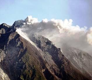 volcano burs,Indonesian volcano spits powerful burst of ash