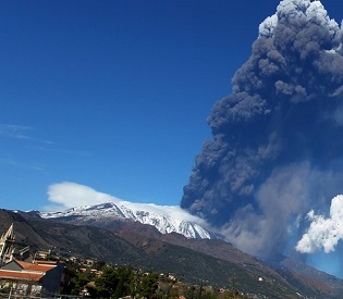 hromedia Mount Etna erupts, showers volcanic ash on towns eu news2
