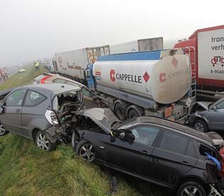hromedia - Belgium 100 cars crash in fog  at least 1 dead