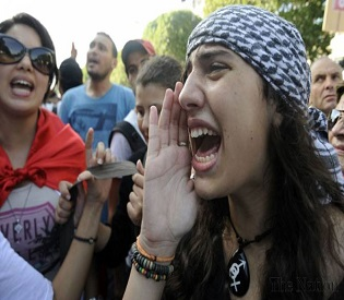 hromedia Standoff by police, protesters in Tunisia arab uprising2