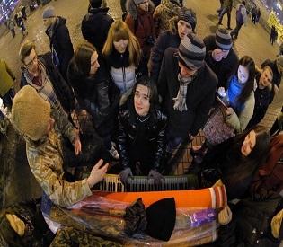 hromedia Ukraine leader tilts toward Russia eu crisis2