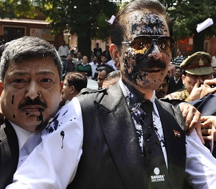 hromedia Ink thrown at Indian tycoon Subrata Roy accused of fraud intl. news2