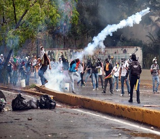 hromedia Dozens injured as riot police crackdown on Venezuela students intl. news2