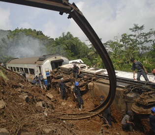 hromedia Five dead as landslide triggers train derailment in Indonesia intl. news2