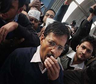 hromedia Man punches Indian anti-graft party chief Arvind Kejriwal in Delhi intl. news2