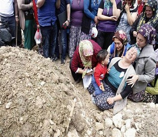 hromedia Mass funerals, mounting anger as Turkey mourns mine workers eu news2
