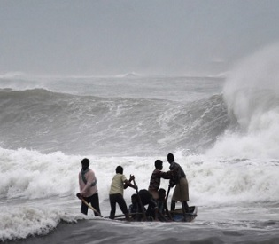 hromedia Rescue workers clear debris after Indian cyclone kills 8 intl. news3