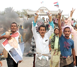 Yemen militia sends forces south as UN warns of civil war