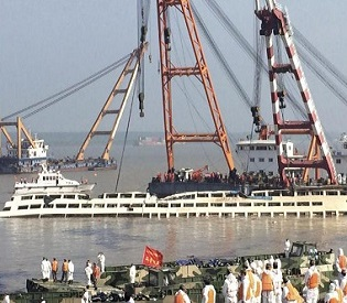 hromedia Relatives mourn as more bodies pulled from capsized China ship intl. news1
