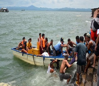 hromedia Philippine ferry sinks, killing at least 36, but most passengers survive intl. new6