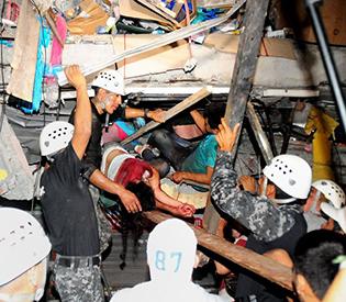 Rescuers dig for victims after Ecuador quake kill