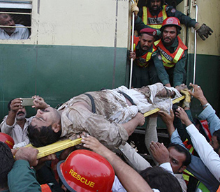 officials-say-6-people-killed-in-pakistan-train-accident