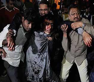 deadly bomb blast hits rally in Pakistan